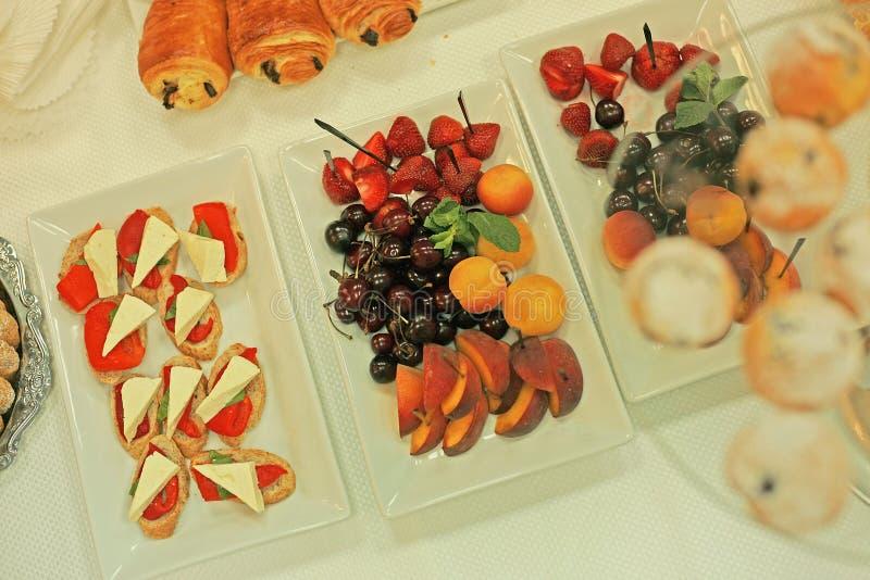 Fruitplaten en muffins voor ontbijt stock foto's