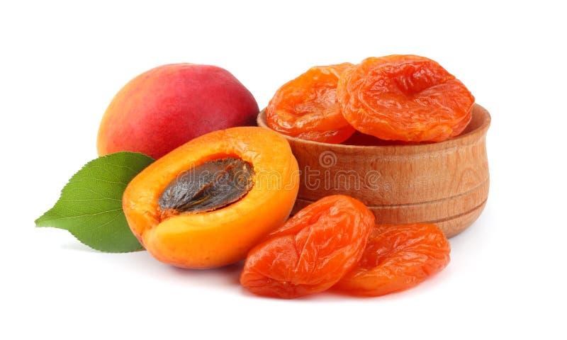 Fruits d'abricot avec la feuille verte et l'abricot sec d'isolement sur le chemin de coupure blanc de fond images stock