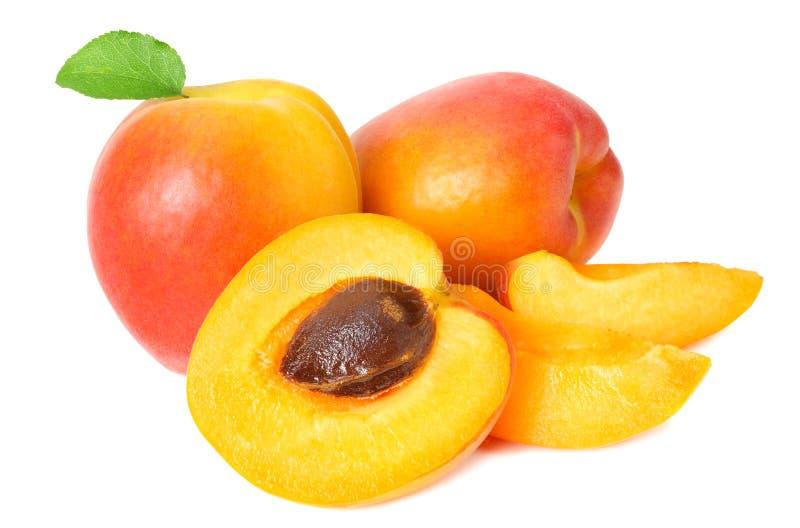 fruits d'abricot avec les tranches et la feuille verte d'isolement sur le fond blanc photos stock