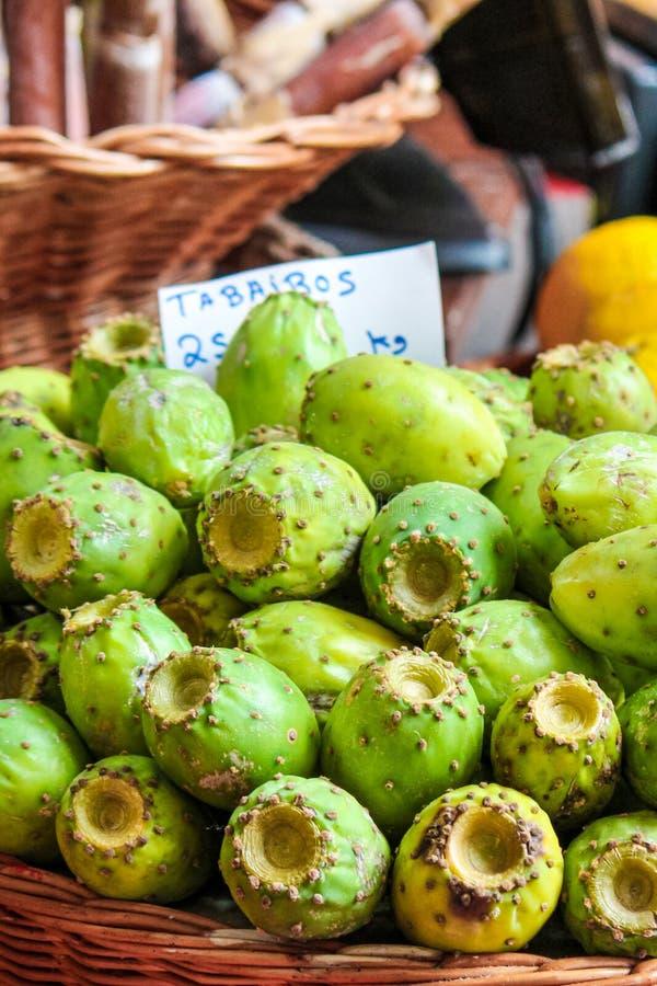 Fruits d'opuntia verte sur le marché local de Funchal, Madère, Portugal. Poire de prickly ou figues indiennes. Les fruits exotiq photos libres de droits