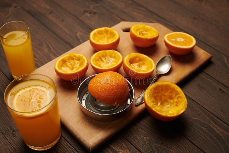 Fruits d'orange frais entiers et serrés sur une table en bois, planche à découper - aliments naturels et sains Verre de cocktail  images libres de droits