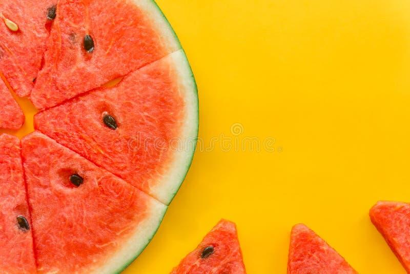 Fruits d'?t? avec la past?que fra?che sur le fond jaune de couleur photographie stock libre de droits