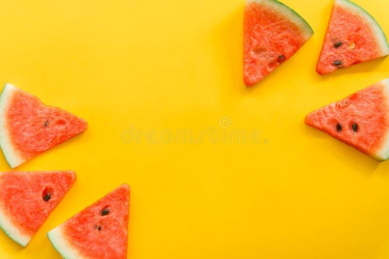 Fruits d'?t? avec la past?que fra?che sur le fond jaune de couleur photos libres de droits