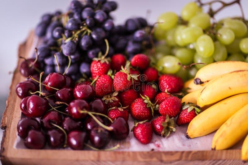 Fruits d'un plat en bois photos stock