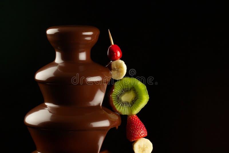Fruits dans la fontaine de chocolat photo libre de droits
