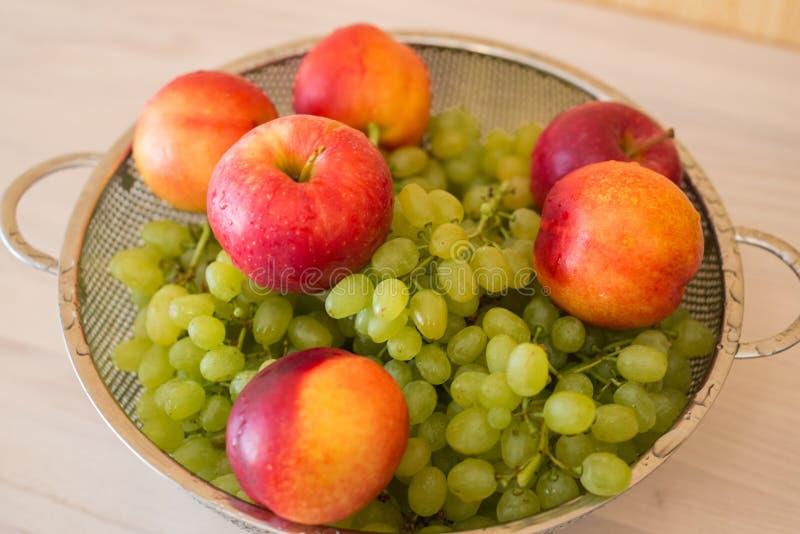 Fruits dans le bown image libre de droits
