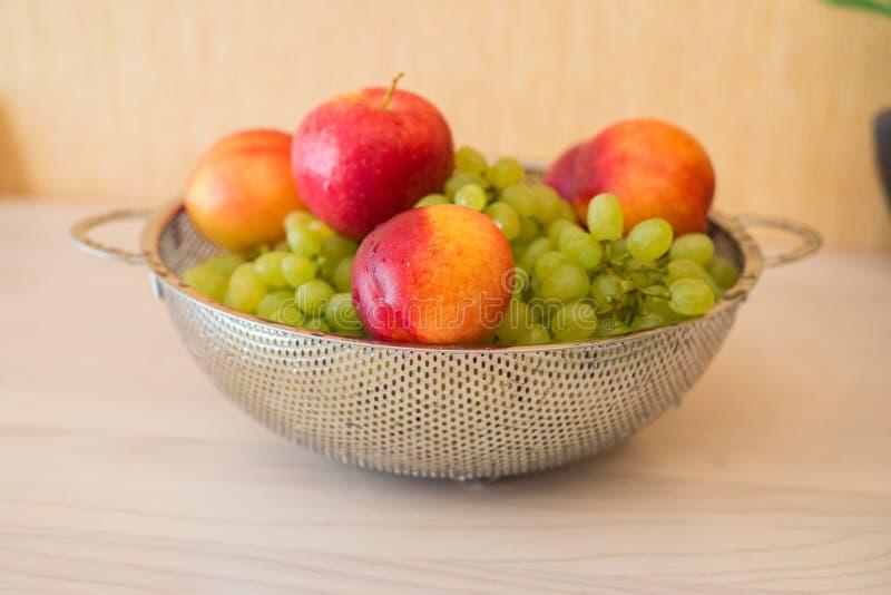 Fruits dans le bown photos stock