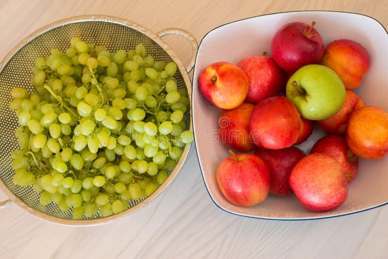 Fruits dans le bown images stock