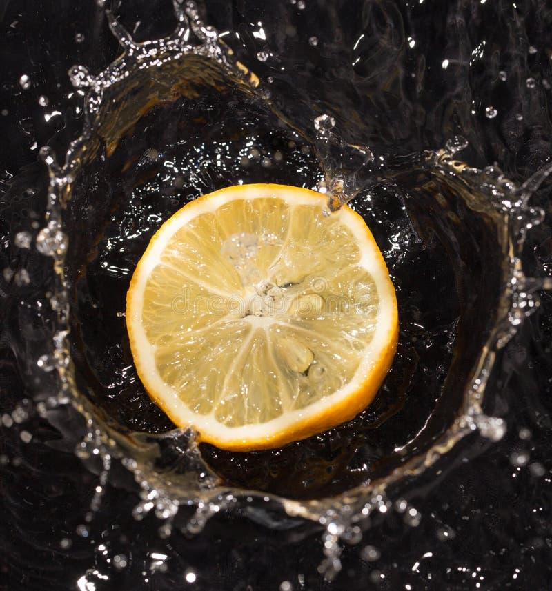 Fruits dans le kiwi de fraise de citron d'eau photos libres de droits