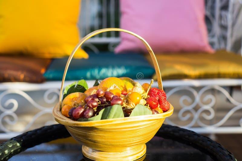 fruits dans le panier en bambou photos stock