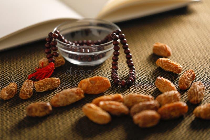 Fruits de date avec les perles de prière islamiques sur un fond artistique Beau fond pour Ramzan ou Ramadan photos libres de droits