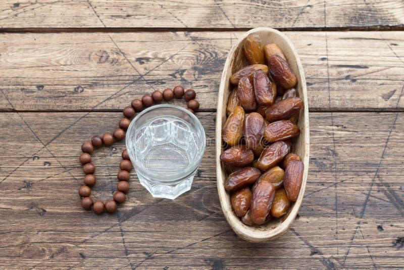 Dates fruit et chapelet sur la table en bois image stock - Place du verre a eau sur une table ...