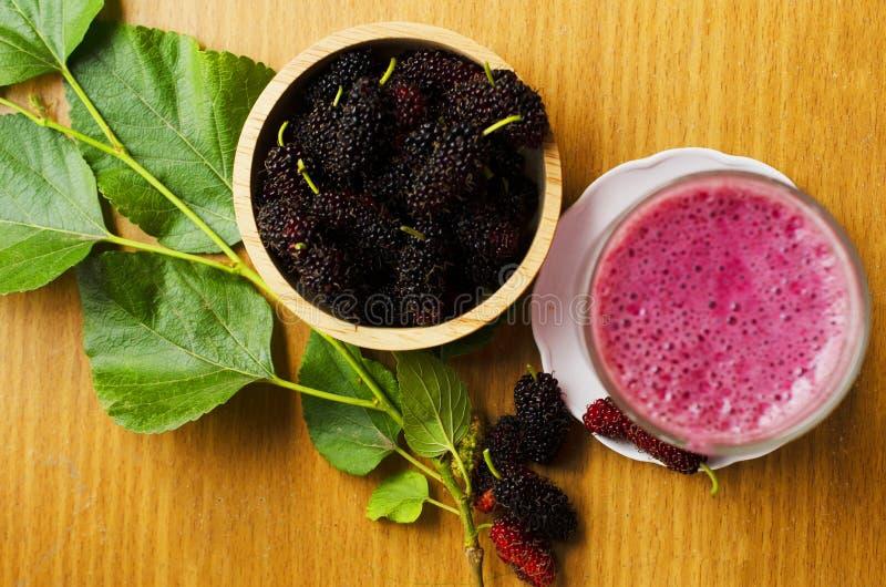 Fruits de mûres fraîches pour préparer de savoureux yaourts smoothies photo libre de droits
