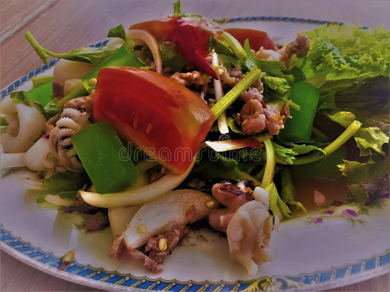 Fruits de mer épicés dans une soucoupe et des légumes frais Fruits de mer de Yum Ruam Mitr photographie stock libre de droits
