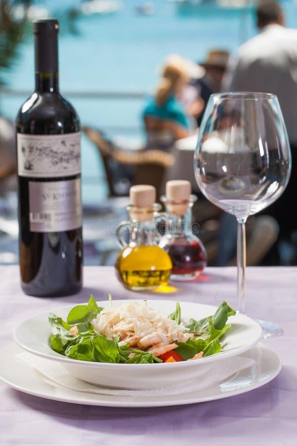 Fruits de mer avec une vue, un vin et un aliment photos libres de droits