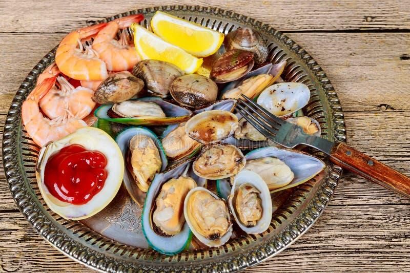 Fruits de mer de coquille crue d'apéritif de moules de crevette de citron de mer de déjeuner vert de dîner gastronomique photos stock