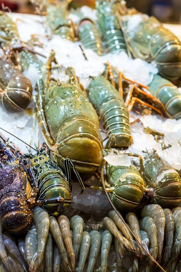 Fruits de mer dans la rue asiatique en gros plan de marché de grandes crevettes roses royales de homard de glace beaucoup de déli photographie stock libre de droits