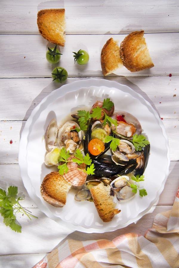 Download Fruits de mer de soupe image stock. Image du assiette - 56478797