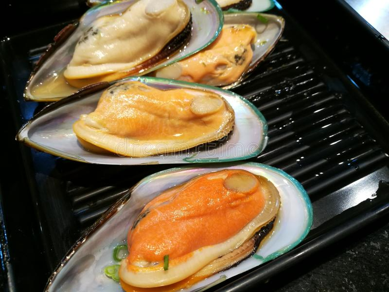Fruits de mer frais d'huître grippage, coquille, compression, crevette rose, crevette, mollusques et crustacés sur le feu Nourrit photo libre de droits