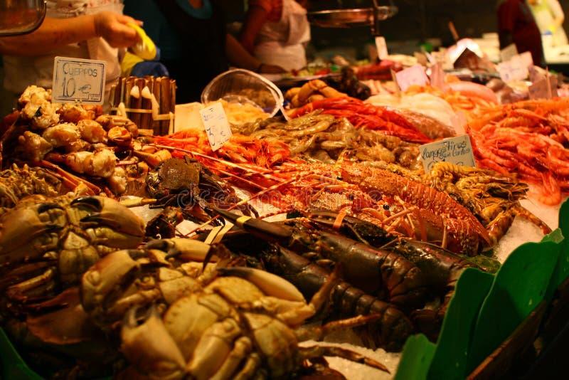 Fruits de mer frais dans le hall du marché photographie stock