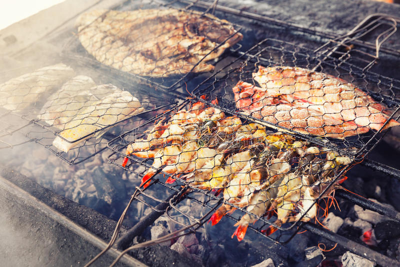 Fruits de mer frais grillés : crevettes roses, poissons, poulpe, barbecue de fond de nourriture d'huîtres/cuisson des fruits de m images libres de droits