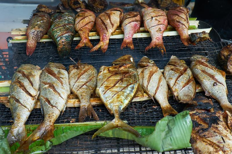Fruits de mer frais grillés sur le marché local, Mahé - île des Seychelles photographie stock