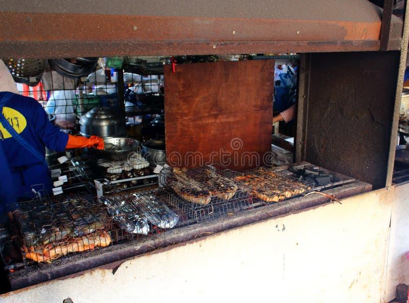Fruits de mer grillés dans le fourneau de barbecue avec le charbon de bois photos libres de droits