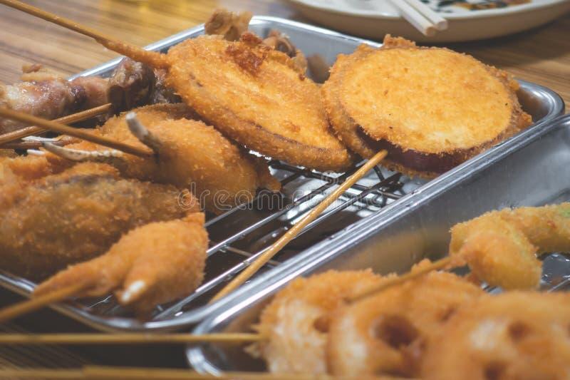 Fruits de mer japonais cuits à la friteuse de bâton de brochette photographie stock