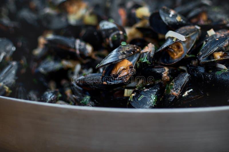 Fruits de mer Moules dans une grande poêle Nourriture de rue Palourdes dans les coquilles Casse-croûte délicieux pour des gourman photo libre de droits