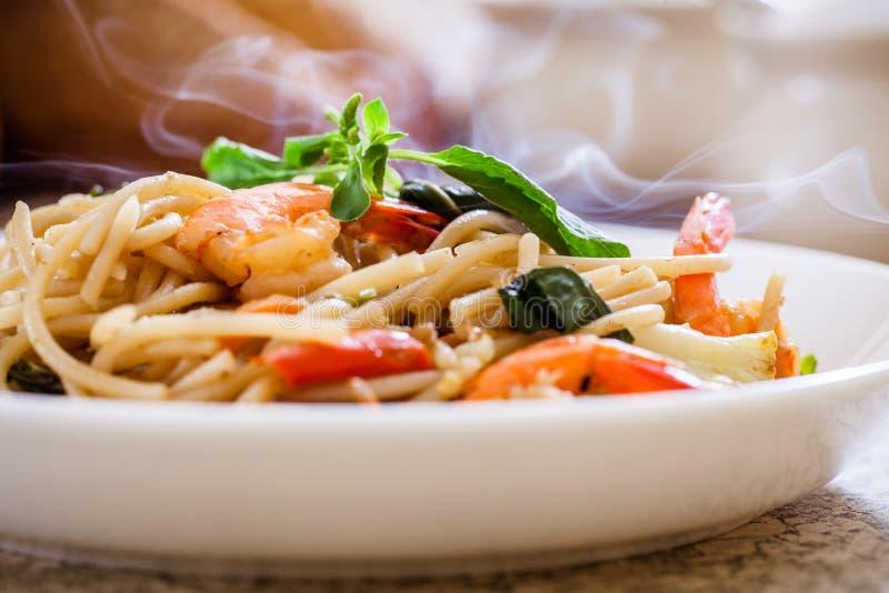 Fruits de mer de spaghetti avec le basilic photos libres de droits