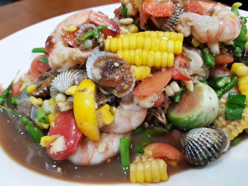 Fruits de mer thaïlandais épicés de mélange et salade végétale photographie stock libre de droits