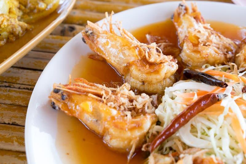 Fruits de mer thaïlandais de style Crevette avec de la sauce à tamarinier photo libre de droits
