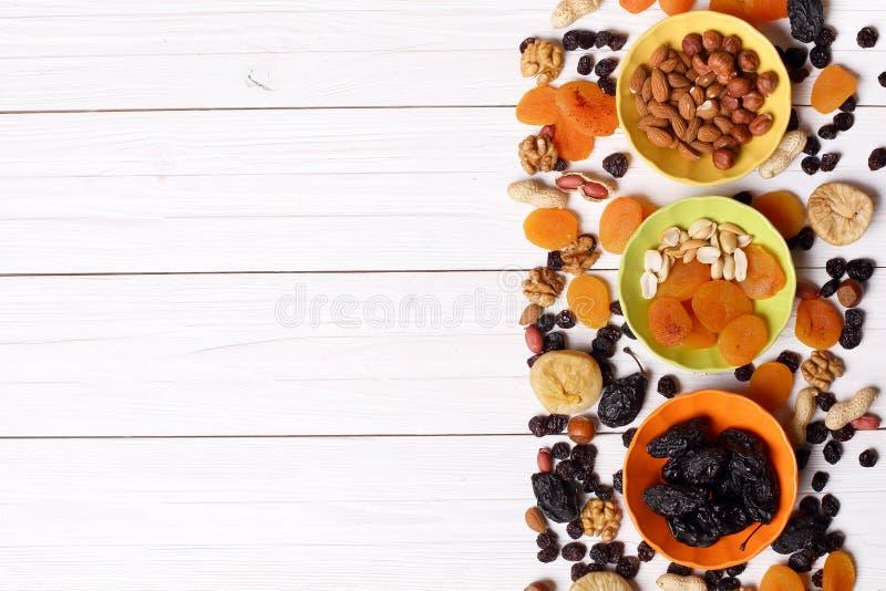 Fruits et écrous secs sur le fond en bois blanc photos libres de droits