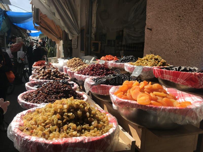 Fruits et épices dans le téléphone Aviv Market photo libre de droits