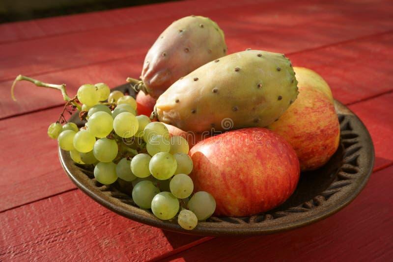 Fruits et autre de figue de Barbarie sur la table rouge extérieure de plat images libres de droits