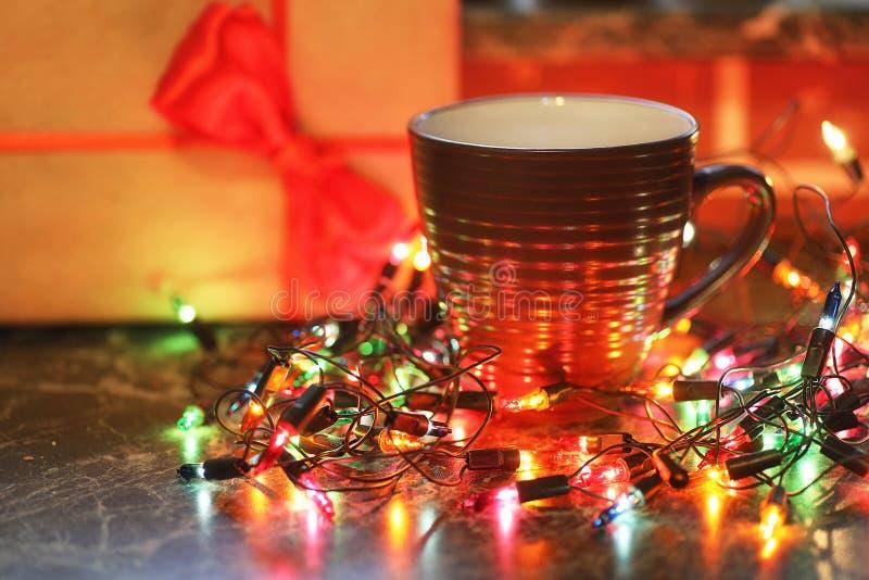 Fruits et boissons de table de Noël avec la guirlande de couleur photo libre de droits