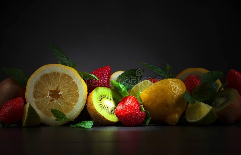 Fruits et feuilles juteux de menthe poivr?e photographie stock
