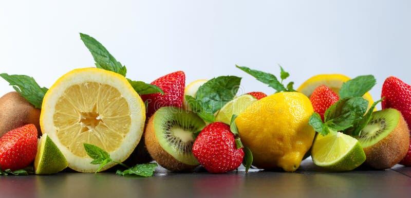 Fruits et feuilles juteux de menthe poivr?e photo stock