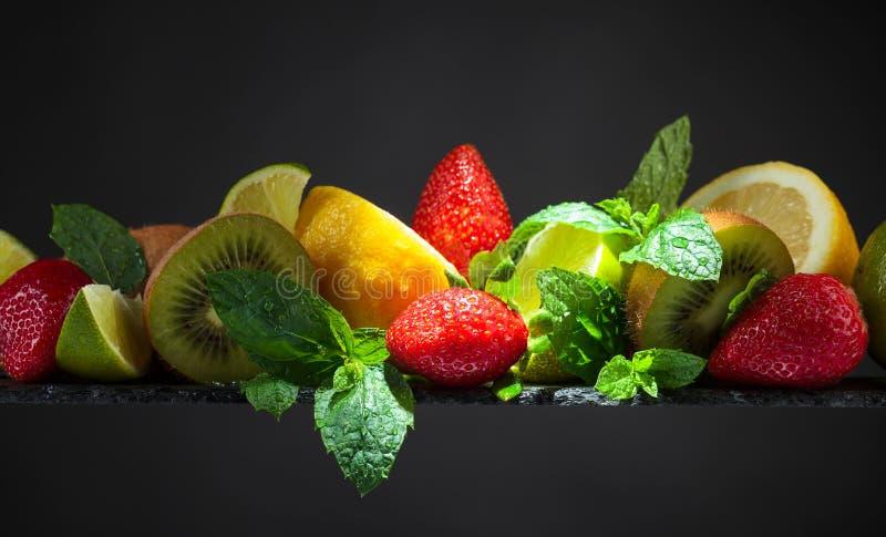 Fruits et feuilles juteux de menthe poivr?e image stock