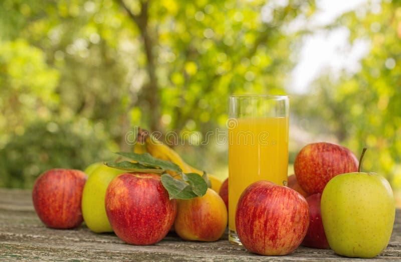Fruits et jus photos libres de droits