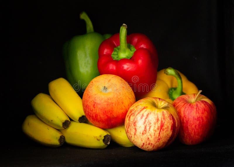 Fruits et légumes colorés à un arrière-plan noir images libres de droits