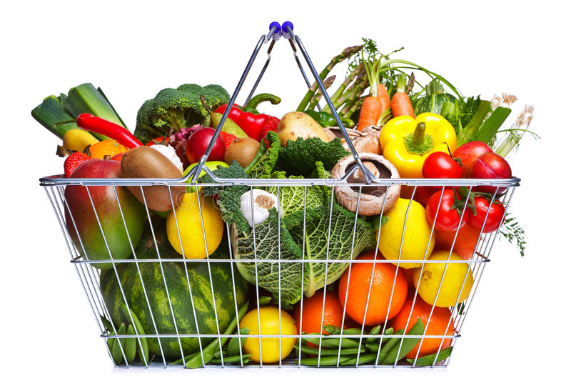 Fruits et légumes de panier d'isolement sur le blanc photos libres de droits
