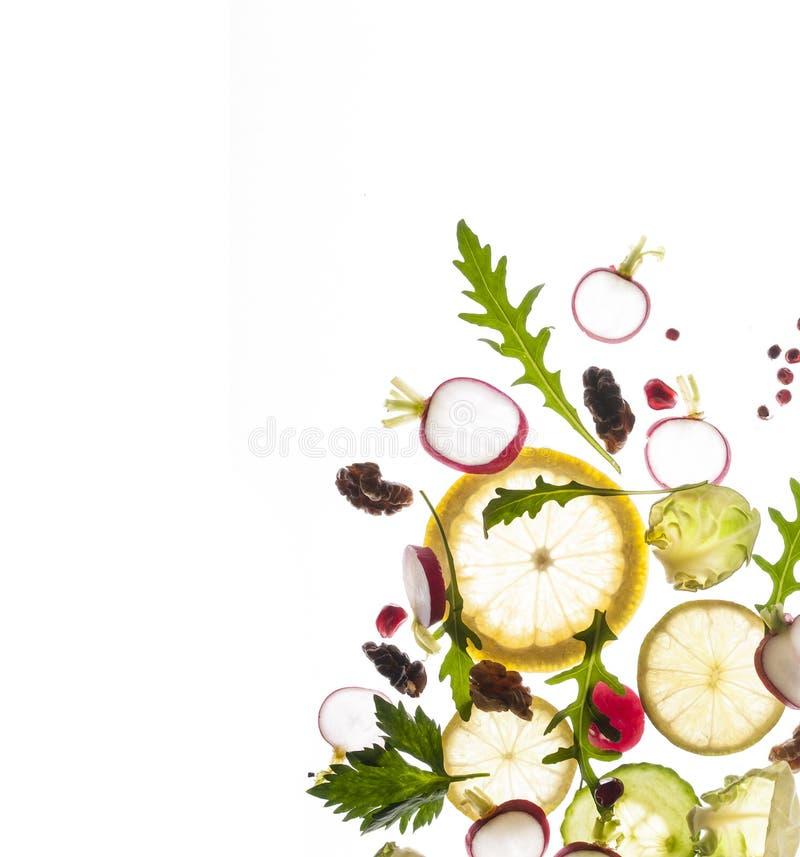 Fruits et légumes de vol sur un fond blanc images libres de droits