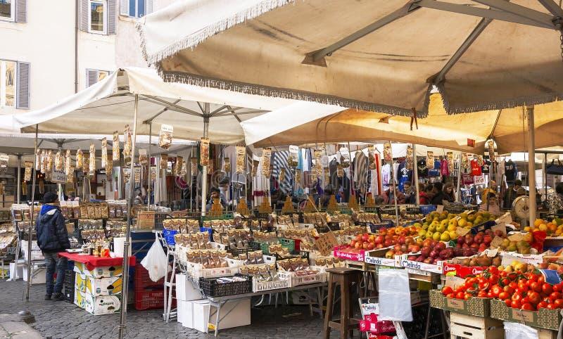 Fruits et légumes en vente sur le marché public photographie stock libre de droits