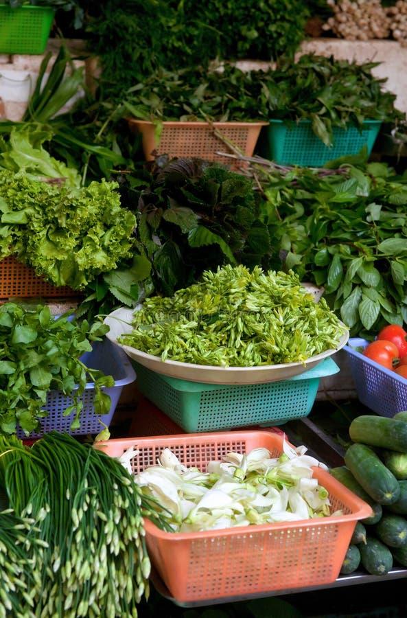 Fruits et légumes frais à vendre images stock