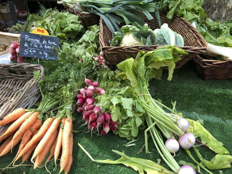 Fruits et légumes frais et organiques au marché d'agriculteurs image stock