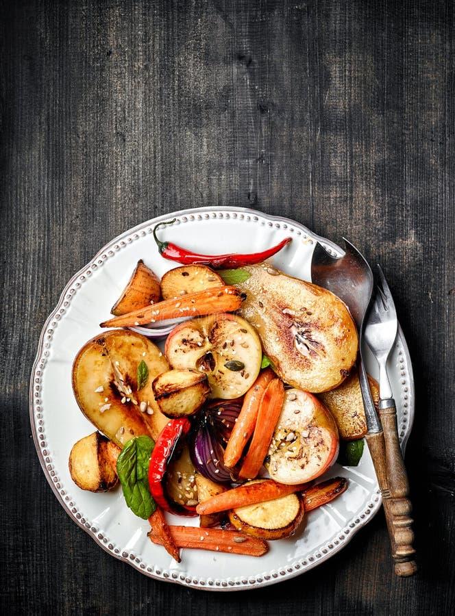 Fruits et légumes rôtis photographie stock