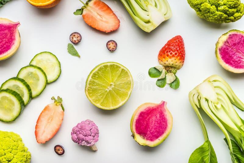 Fruits et légumes sains colorés pour la consommation et la nutrition propres de régime de detox sur le blanc Configuration plate  images libres de droits