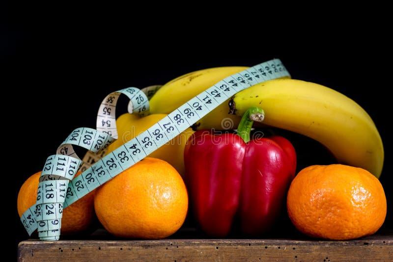 Fruits et légumes savoureux sur une vieille table de cuisine en bois foncée images stock