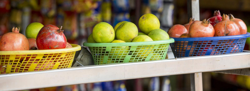 Fruits et légumes sur des étagères sur le marché de produits frais approvisionné directement à partir des fermes locales images stock
